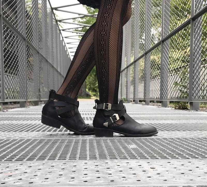 street style1 800x721 - Dentelle, simili-cuir et résilles