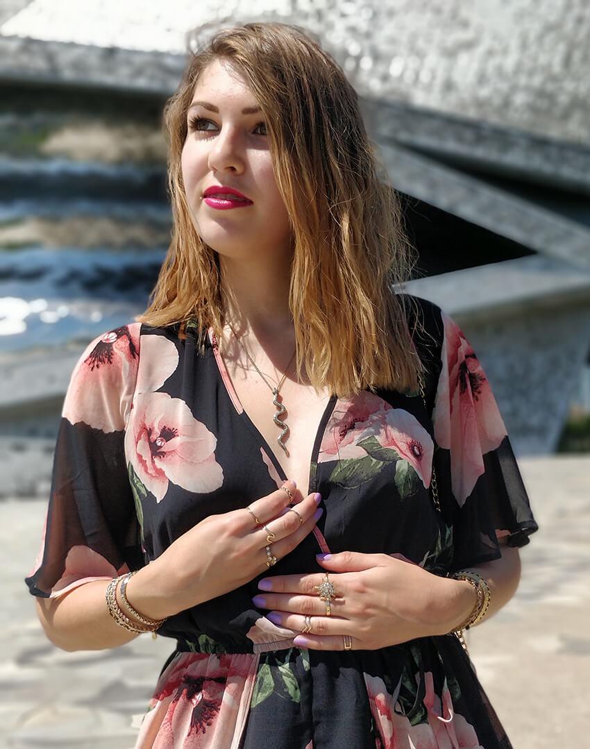 blog mode 19 janvier détails bijoux collier - Robe longue ou short : pourquoi choisir ?