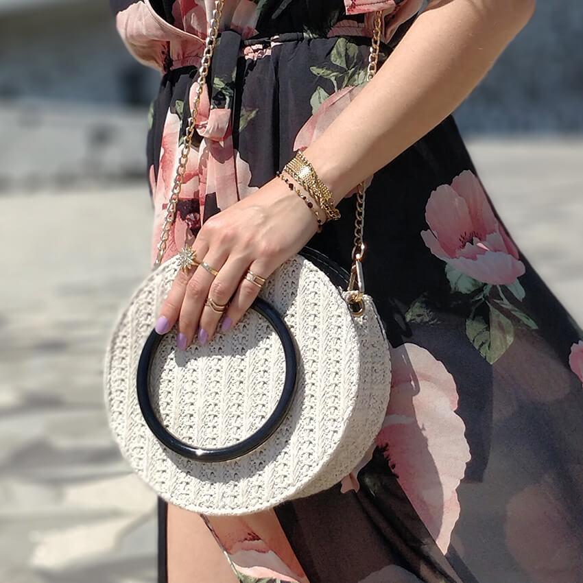 blog mode détails sac a main rond paille - Robe longue ou short : pourquoi choisir ?